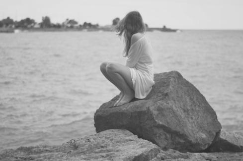 alone-black-and-white-girl-ocean-Favim.com-2340379